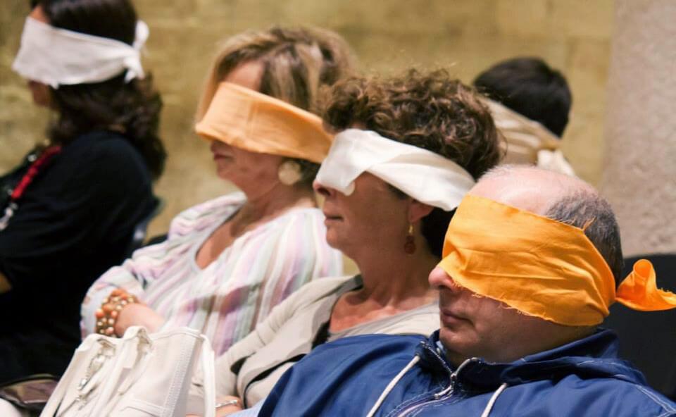 Spettatori bendati