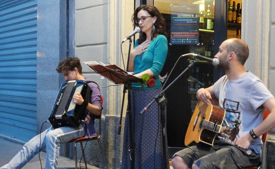Silvana e i musicisti si esibiscono in strada