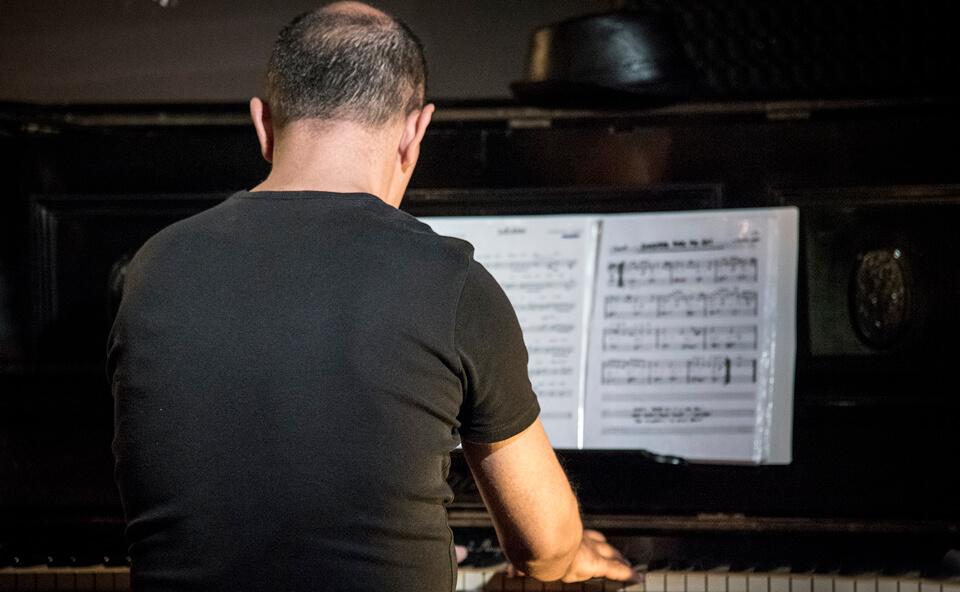 Pianista durante spettacolo