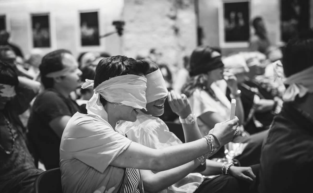 Perone bendate durante evento
